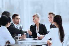 Gens d'affaires se serrant la main au cours de la réunion au bureau créatif photos libres de droits