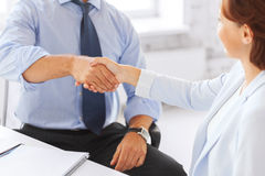 Gens d'affaires se serrant la main dans le bureau Photo libre de droits