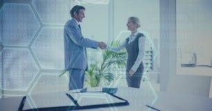 Gens d'affaires se serrant la main dans le bureau Image libre de droits