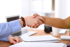 Gens d'affaires se serrant la main dans le bureau des intérieurs de hippie Images libres de droits