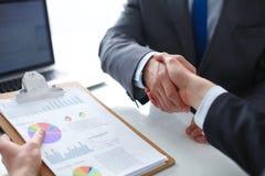 Gens d'affaires se serrant la main, finissant une réunion Gens d'affaires Images stock