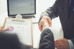 Gens d'affaires se serrant la main, finissant une réunion Gens d'affaires Photos stock