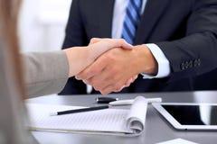 Gens d'affaires se serrant la main, finissant une réunion Image libre de droits