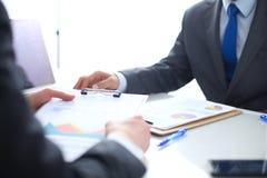 Gens d'affaires se serrant la main, finissant une réunion Gens d'affaires Image stock