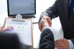 Gens d'affaires se serrant la main, finissant une réunion Gens d'affaires Photo stock