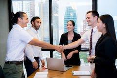 Gens d'affaires se serrant la main, finissant une réunion photographie stock libre de droits