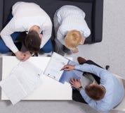 Gens d'affaires se serrant la main, finissant une réunion images stock