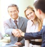 Gens d'affaires se serrant la main, finissant une réunion Photographie stock