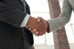Gens d'affaires se serrant la main d'isolement sur le fond blanc Photographie stock