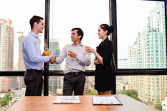 Gens d'affaires se serrant la main pour l'accord d'affaires de succès Photo stock