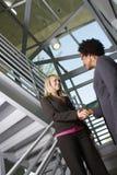 Gens d'affaires se serrant la main sur l'escalier Image stock