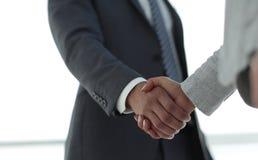 Gens d'affaires se serrant la main sur le fond blanc Photo stock