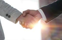 Gens d'affaires se serrant la main sur le fond blanc Photographie stock libre de droits