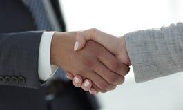 Gens d'affaires se serrant la main sur le fond blanc Image stock