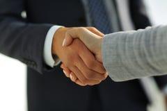 Gens d'affaires se serrant la main sur le fond blanc Photo libre de droits