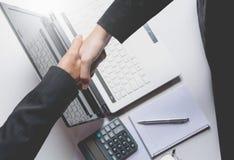 Gens d'affaires se serrant la main Vue supérieure de deux gens d'affaires Images libres de droits