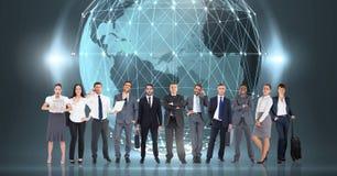 Gens d'affaires se tenant devant le globe du monde avec des lumières Photo libre de droits