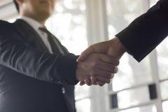 Gens d'affaires secouant la main au coorperate et l'affaire dans les affaires Images stock