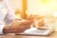 Gens d'affaires, smartphone et ordinateur portable Photographie stock