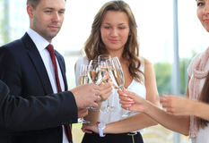 Gens d'affaires soulevant le pain grillé avec le champagne Photos libres de droits