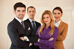 Gens d'affaires souriant avec des bras croisés Image stock