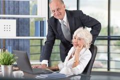 Gens d'affaires supérieurs au travail Photo stock