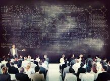 Gens d'affaires sur une conférence au sujet des équations Images libres de droits