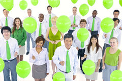 Gens d'affaires tenant les ballons verts Photos stock