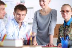 Gens d'affaires travaillant au bureau sur le nouveau projet Jeune gens d'affaires Image libre de droits