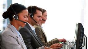 Gens d'affaires travaillant au centre d'appels banque de vidéos