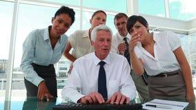 Gens d'affaires travaillant avec leur patron banque de vidéos
