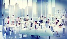 Gens d'affaires travaillant dans un bureau Image libre de droits