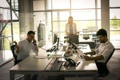 Gens d'affaires travaillant des gens d'affaires ensemble dans le bureau Photos stock