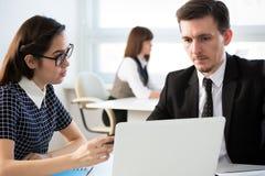 Gens d'affaires travaillant ensemble dans le bureau image stock