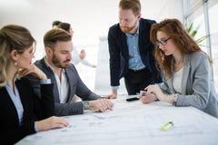 Gens d'affaires travaillant ensemble sur le projet et faisant un brainstorm dans le bureau photos libres de droits