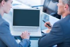 Gens d'affaires travaillant sur l'ordinateur portable Images libres de droits