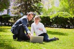 Gens d'affaires travaillant sur l'ordinateur portatif Image stock