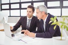 Gens d'affaires travaillant sur l'ordinateur portatif photos libres de droits