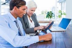 Gens d'affaires travaillant sur la tablette photos libres de droits