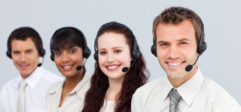 Gens d'affaires travaillant à un centre d'attention téléphonique Image stock