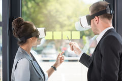 Gens d'affaires utilisant des casques de réalité virtuelle tout en travaillant dans le bureau Photos libres de droits