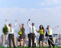 Gens d'affaires verts célébrant sur le bâtiment Photos stock