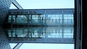 Gens d'affaires waling le bâtiment en verre moderne de couloir de cuvette clips vidéos