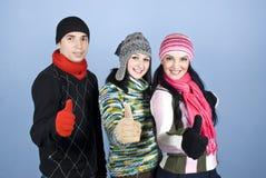 Gens d'amis donnant des pouces dans une ligne Photographie stock libre de droits