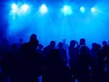 Gens de danse dans une disco Photographie stock libre de droits