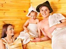 Gens de groupe dans le chapeau au sauna. Image stock