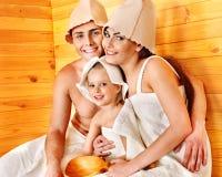 Gens de groupe dans le chapeau au sauna. Images stock