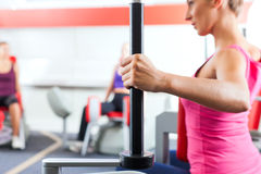 Gens de gymnastique faisant la formation de force ou de forme physique Image libre de droits