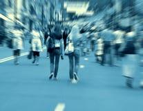 Gens de marche se précipitant sur la rue photographie stock