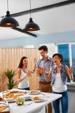 Gens de réception Amis dînant Célébration de vacances ami Images stock